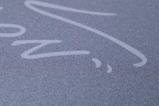 Xtrfy GP3 レビュー:「石」のような質感…?ポリカ製のハードマウスパッドが面白い。